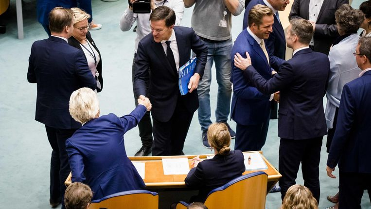 Premier Mark Rutte schudt PVV-leider Geert Wilders de hand tijdens een plenair debat in de Tweede Kamer over de regeringsverklaring, 1 november. Beeld anp