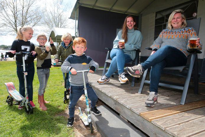 Liselot van Berkel (uiterst rechts) uit Hilvarenbeek en Esther Bakker uit Made op minivakantie in Hank. Hun kinderen Tess, Noah, Job en Siem (van links naar rechts) vervelen zich niet.