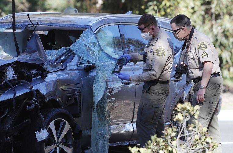 De auto waar Woods bijna in verongelukte, moest omhoog worden getakeld. Beeld EPA