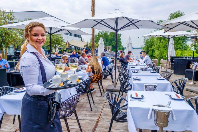 Melissa uit Amstelveen in de bediening op het terras van The Harbour Club in Vinkeveen.