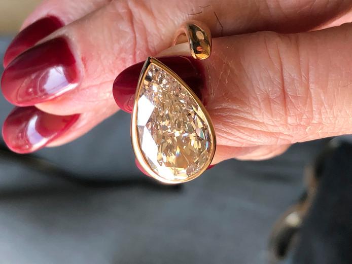 Met deze ring plus 'peervormige' diamant liep Marcel J. bij Gassan Diamonds tegen de lamp.