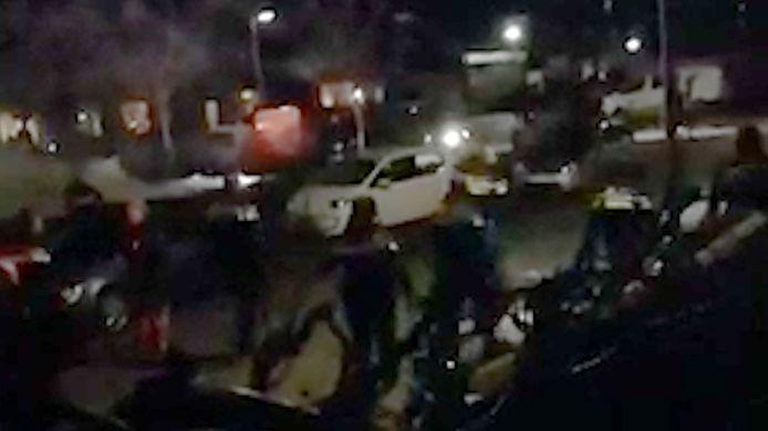 Screenshot uit video van rellen op Urk.