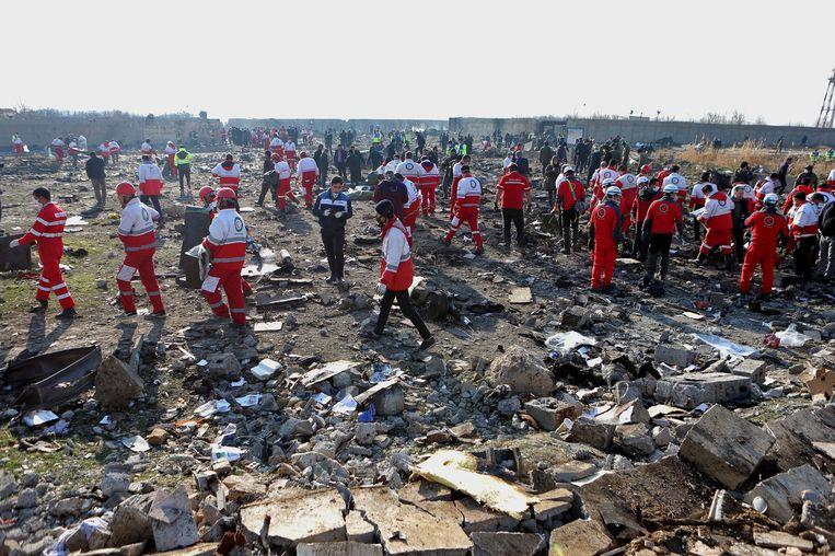 Reddingswerkers op de site van de crash. Beeld Photo News