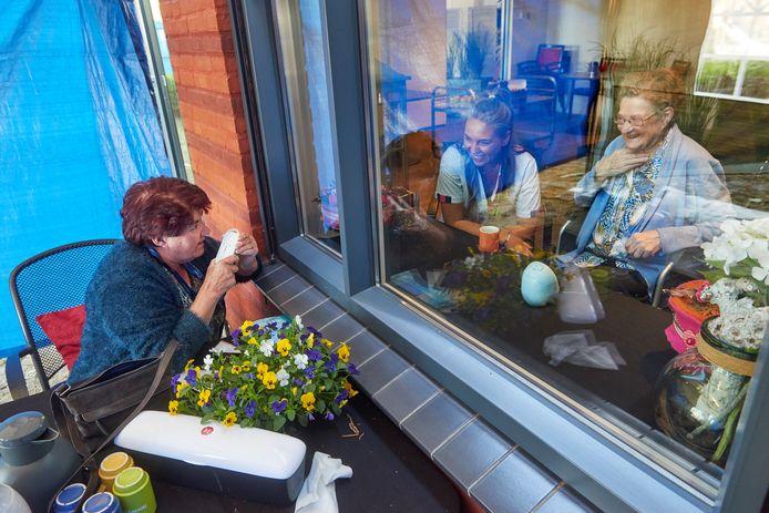 In huize Heelwijk in Heesch kunnen familieleden hun ouders een bezoek brengen in een partytent met glas ertussen.