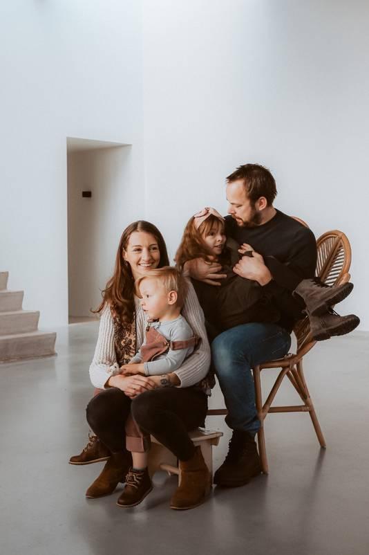 Ward (35) en zijn vriendin met hun twee kinderen, van wie de oudste zakgeld kreeg vanaf haar vierde.