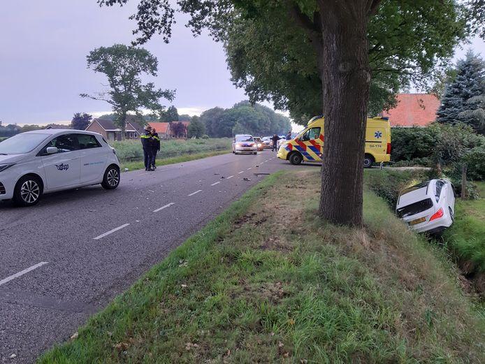 Twee auto's belanden naast de weg in Lemelerveld.