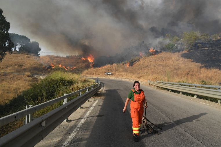 Een vrijwilliger keert terug om te rusten, in de buurt van Blufi, op Sicilië. Beeld AP