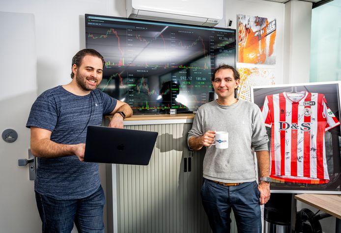 Rotterdammers Ronald Jonkers (links) en Vincent van der Sanden laten vanuit een bedrijfspandje bij de Boezembocht mensen handelen in deze mysterieuze cryptomunt.