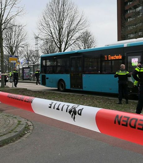 Voetganger aangereden door bus op busbaan in Enschede