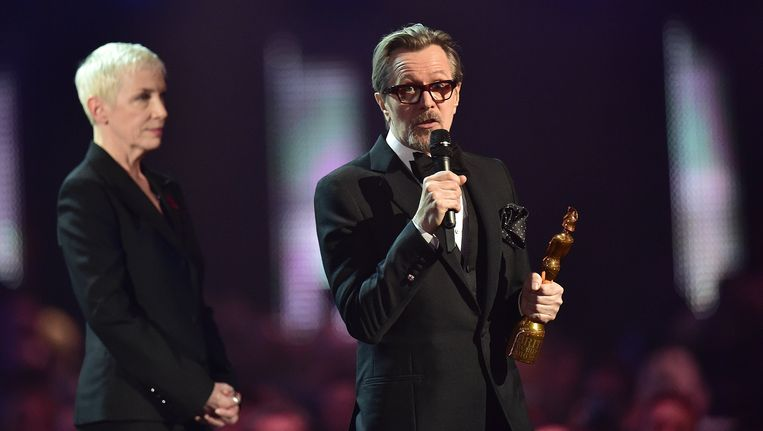 De Engelse acteur Gary Oldman, een goede vriend van David Bowie, neemt de award in ontvangst. Ook Annie Lennox bracht hulde aan Bowie. Beeld Photo News