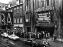 Voor de Amsterdamse bioscoop Tuschinski wachten bezoekers in de regen tot ze naar binnen kunnen. In totaal zagen ruim 3 miljoen mensen de film.