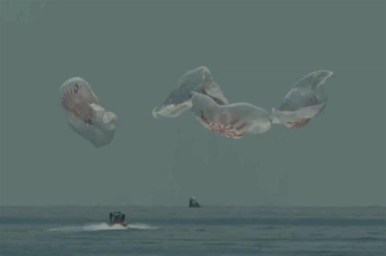 De SpaceX Dragon Crew ruimtecapsule is succesvol geland in de Atlantische oceaan voor de kust van Florida.  Beeld AP