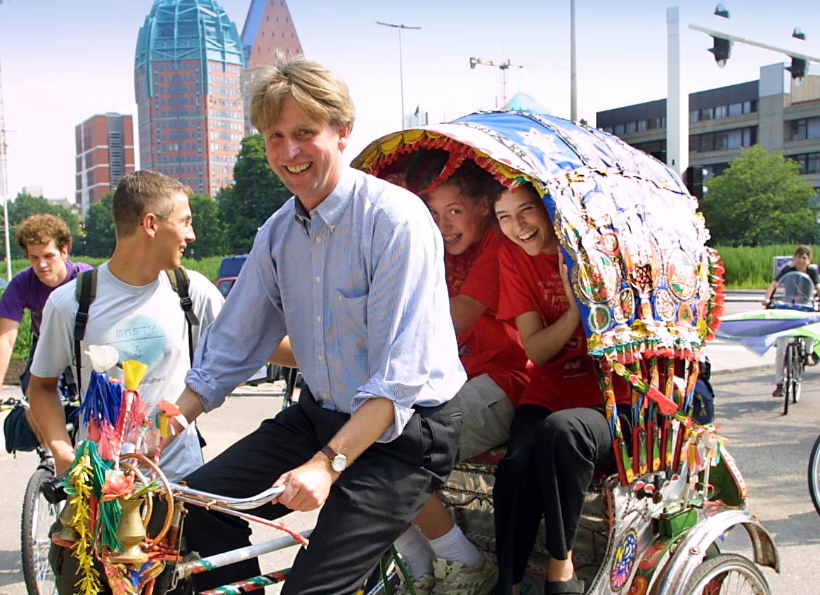 Dick Benschop als staatssecretaris voor Buitenlandse Zaken in 2001. In  die hoedanigheid wist hij de Nederlandse contributie aan de EU met 1,3 miljard gulden omlaag te krijgen.