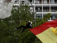 Un parachutiste heurte un lampadaire en plein défilé militaire en Espagne