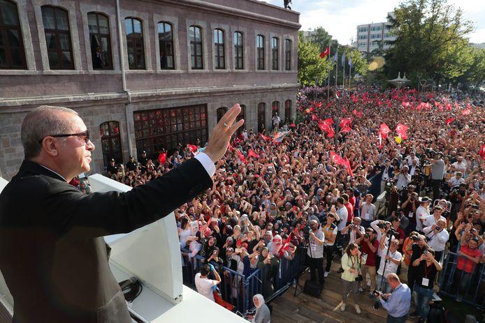 De vrije val van de lira is volgens Erdogan onderdeel van een economische oorlog tegen Turkije.