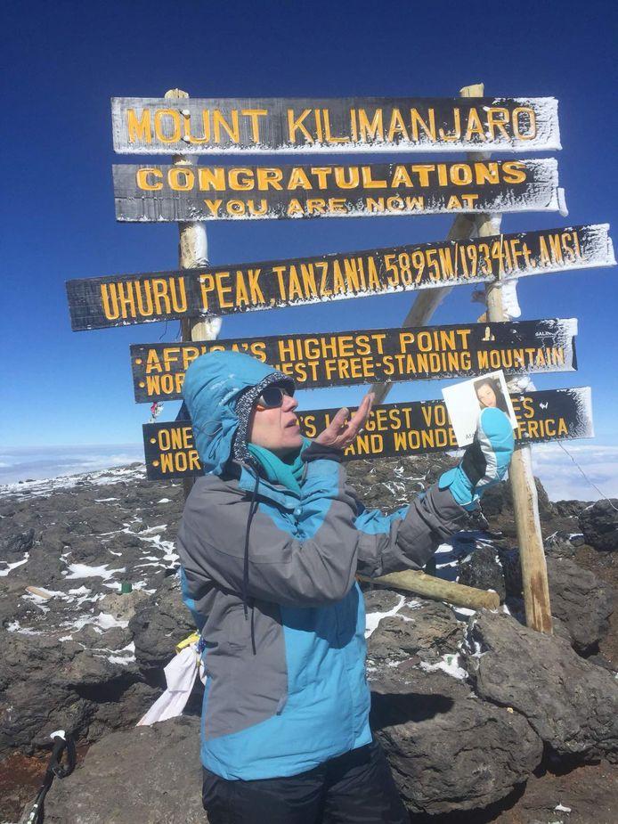 Marinka wierp op de top van de Kilimanjaro een kus naar haar overleden dochter.