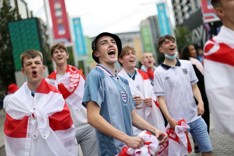 's Ochtends verzamelen zich al fans bij stadion Wembley in Londen. Om 21u speelt Engeland hier de EK-finale tegen Italië. Beeld Action Images via Reuters