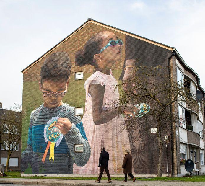 Reusachtige muurschildering in de Edelsteenstraat.