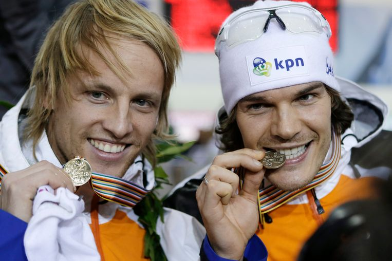 First-place finisher Michel Mulder, left, of Netherlands, celebrates with third-place finisher Hein Otterspeer, also of the Netherlands, following the the men's 1,000 meters at the world sprint speedskating championships at the Utah Olympic Oval on Sunday, Jan. 27, 2013, in Kearns, Utah. Mulder won the overall title. (AP Photo/Rick Bowmer) Beeld AP