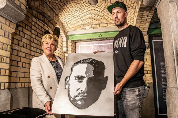 Thomas Daem overhandigt een portret van Frank VDB aan zijn moeder Chantal Vanruymbeke.