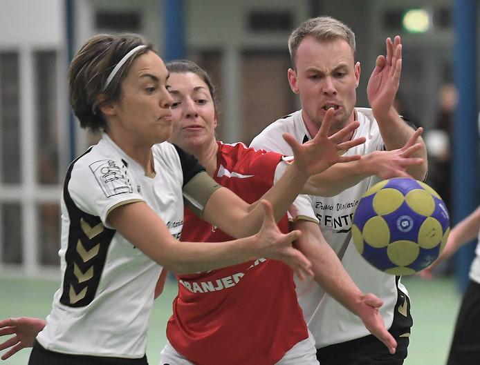 Stormvogel-speelsters Loura Kleinepier (links) en ploeggenoot Jonathan Koets (rechts) strijden om de bal tegen Klimop.