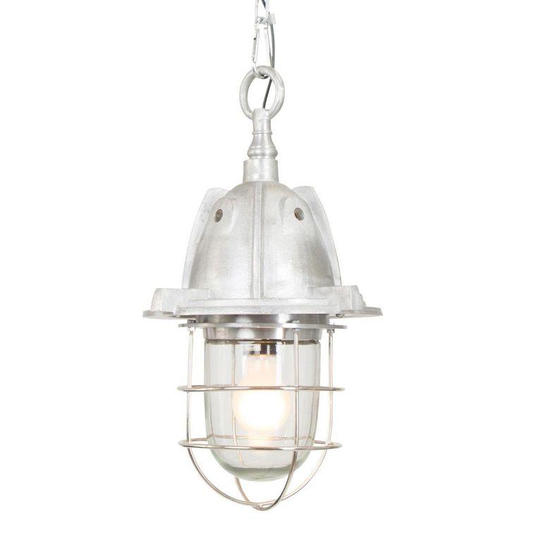 Het metalen raamwerk van scheepslamp 'Tuk' zorgt ervoor dat de lamp niet kapot slaat bij hevige deining. € 99,95.industriele-lampen.nl Beeld .