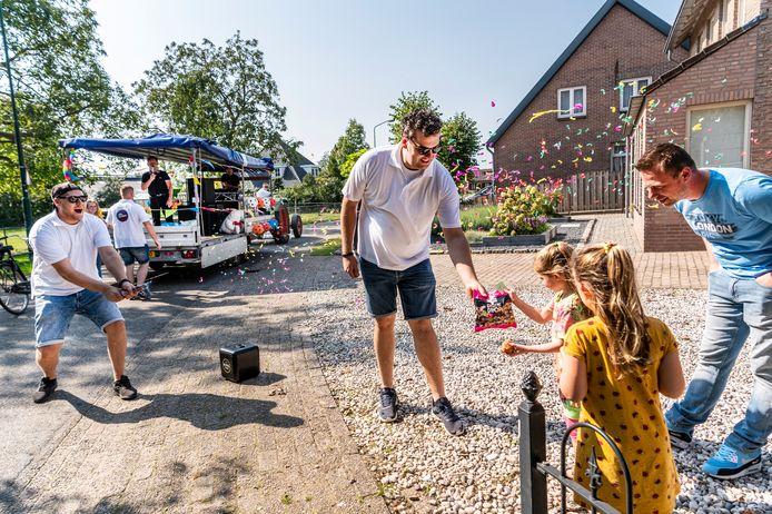 Een platte kar trok op 13 september 2020 door het dorp om te laten weten dat de kermis is geopend. Sammie en Lizzy (gele jurk) winnen een grote zak drop.