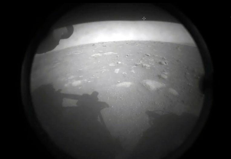 De eerste beelden van Mars, gemaakt door de Amerikaanse verkenner Perseverance.  Beeld AFP
