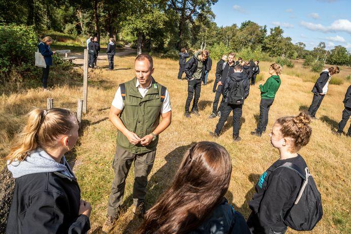 De opleiding Wildlife management van Helicon werkt samen met Staatsbosbeheer. Leerlingen krijgen les in de natuur.