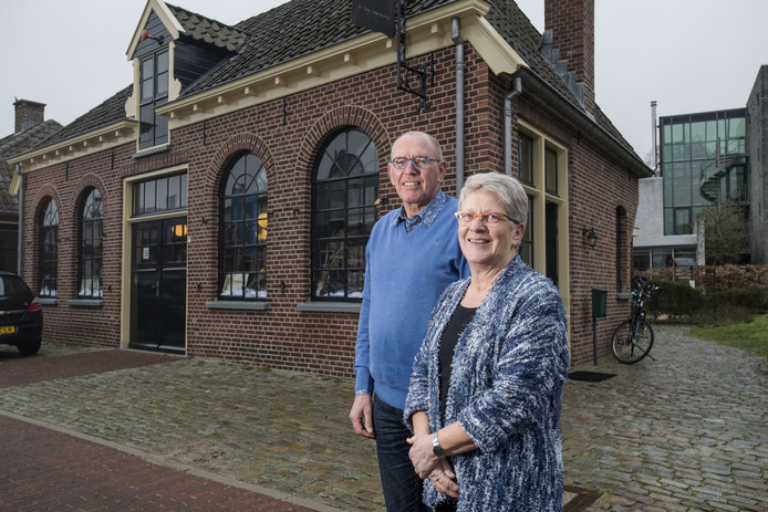 Hennie Tiessens (rechts) en Ines Westhoff voor het pand De Smederij
