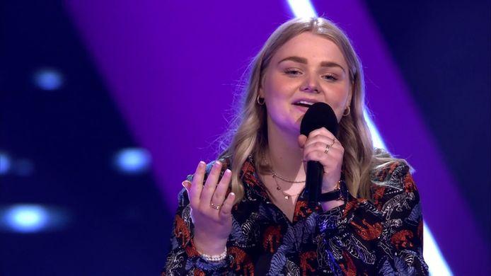 Karlijn Luisman overtuigt drie van de vier coaches van The Voice of Holland met haar vertolking van 'You Say' van Lauren Daigle tijdens de 'blind auditions'.