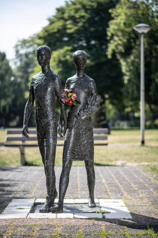 In het Vierdaagsemonument op het startterrein hebben onbekenden bloemen gestoken.