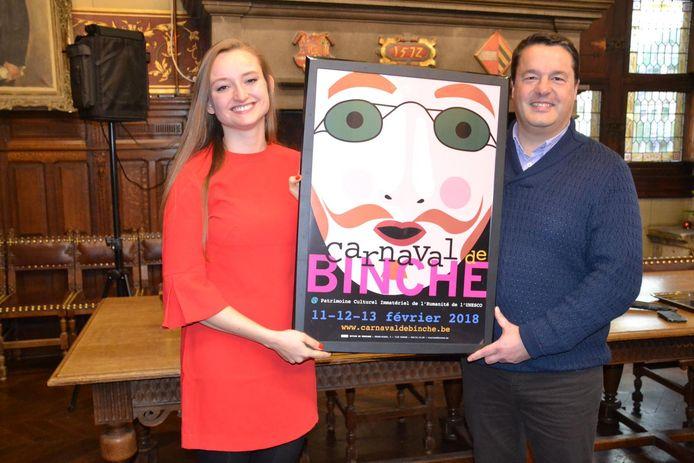 Laura Pelgrims toont haar affiche, samen met de burgemeester van Binche, Laurent Devin.