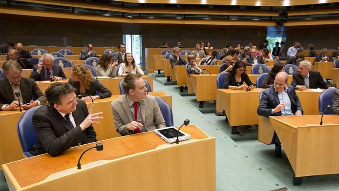 Emile Roemer van de SP (L) begroet zijn PvdA-collega Diederik Samsom (R) vandaag voorafgaand aan het debat over het permanente Europees noodfonds.