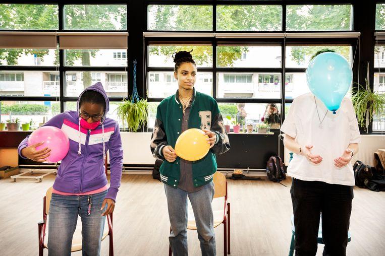 De leerlingen praten over zorgzaamheid aan de hand van een ballon Beeld Sanne De Wilde