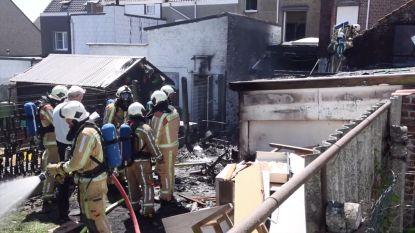 Zware brand legt achterbouw van woning in de as: kind met rookintoxicatie naar ziekenhuis, twee volwassenen ter plaatse verzorgd