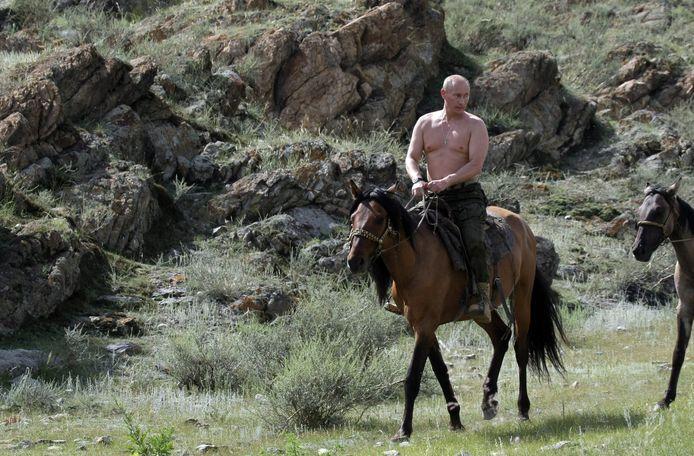 In de zomer van 2009 publiceerde het Kremlin een fotoshoot van een paardrijdende president.