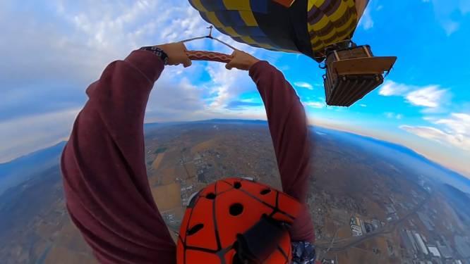 Vrouw springt met koord uit luchtballon