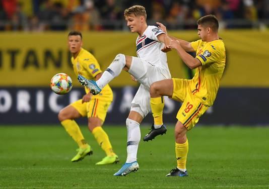Razvan Marin, hier in duel met Martin Odegaard, kwam met Roemenië niet verder dan een gelijkspel tegen Noorwegen (1-1).