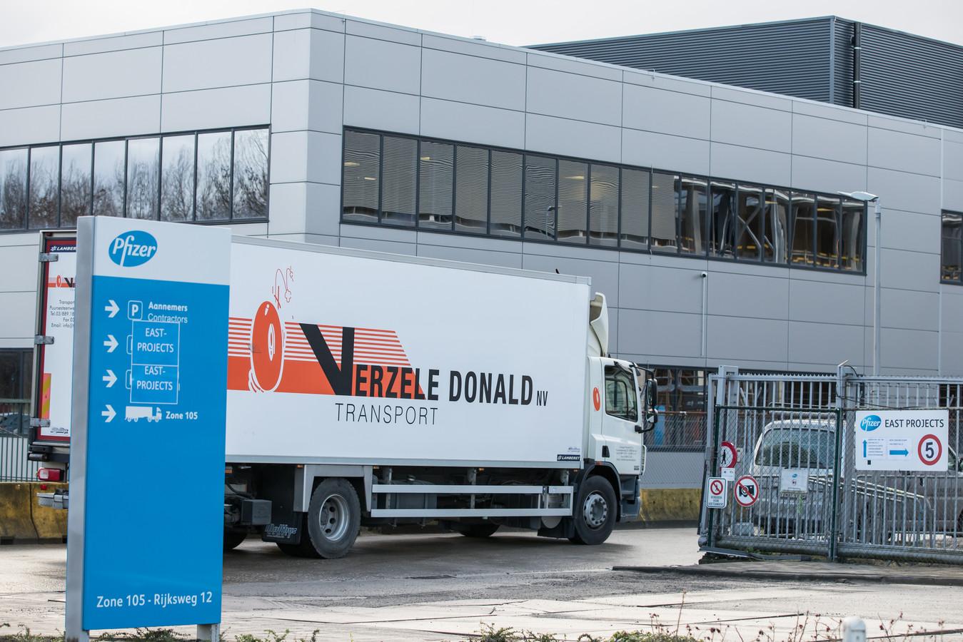 Des camions arrivent en nombre au site de Pfizer à Puurs.