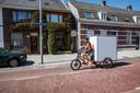 Koerier van Tour de Ville in Eindhoven onderweg op archieffoto.