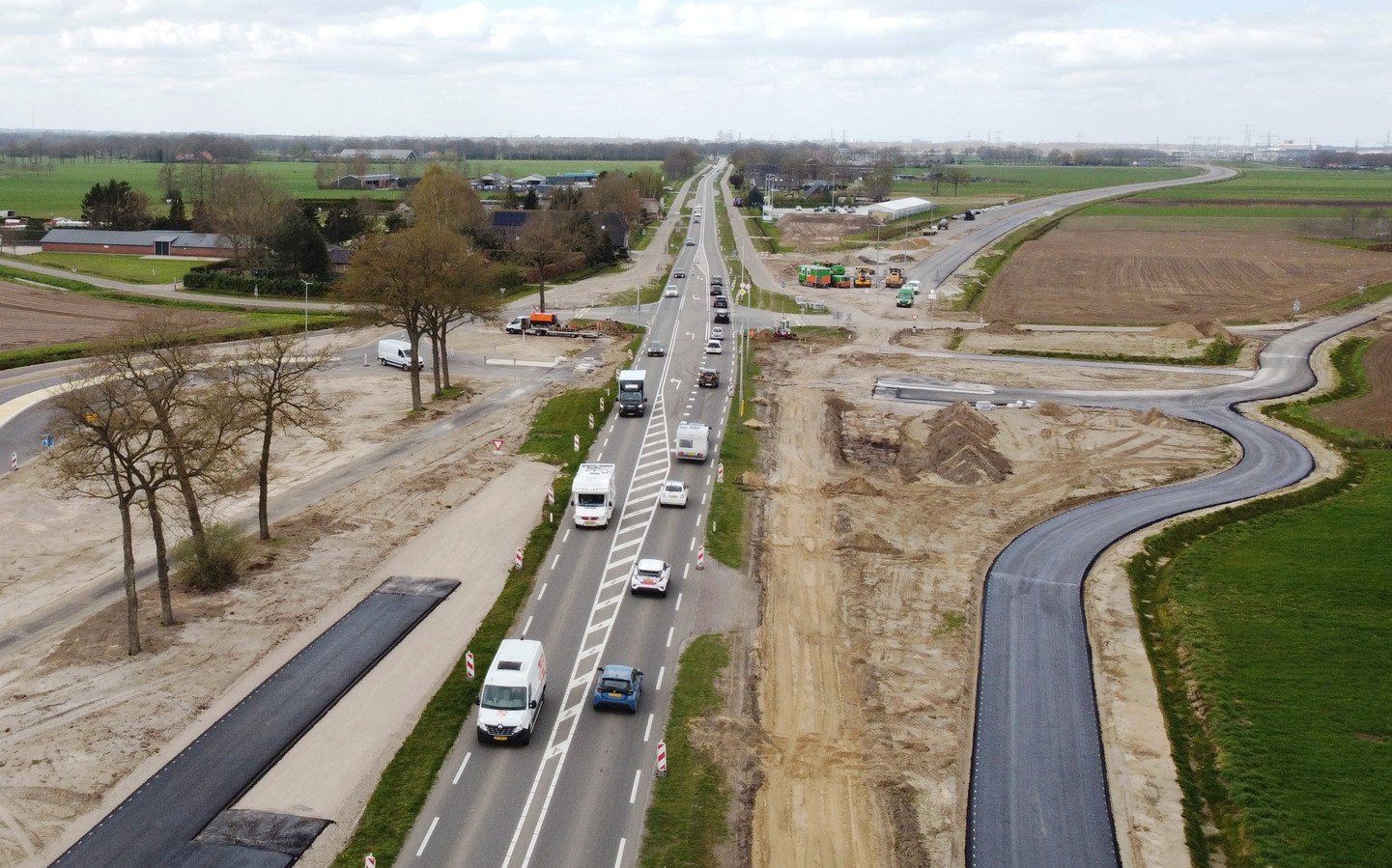 De aansluiting van de Cubbinghesteeg op de N340 bij Dalfsen. De huidige N340 wordt straks aangesloten op de nieuwe weg richting Zwolle, waar nu nog de shovels en graafmachines staan. Op het kruispunt komen verkeerslichten en dat zorgt in Dalfsen voor gemor.