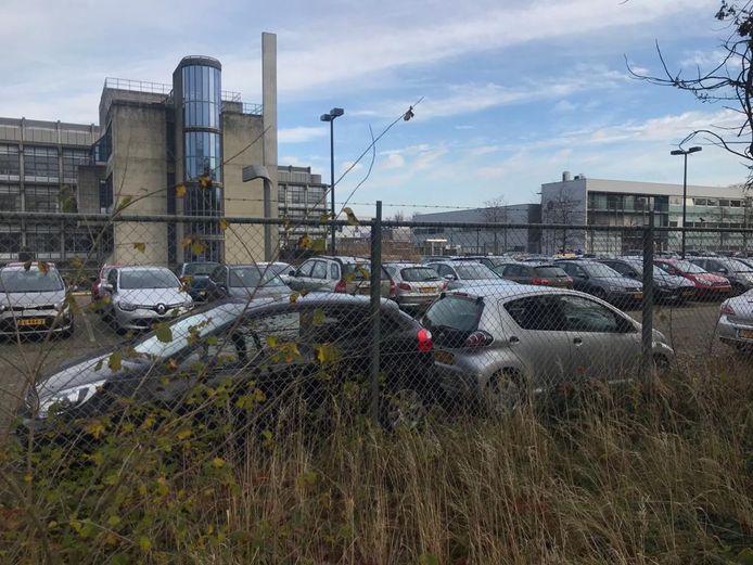 Buren zijn verbaasd over de drukte op het parkeerterrein van het RIVM, ondanks het nadrukkelijke advies van juist dit instituut om thuis te werken.