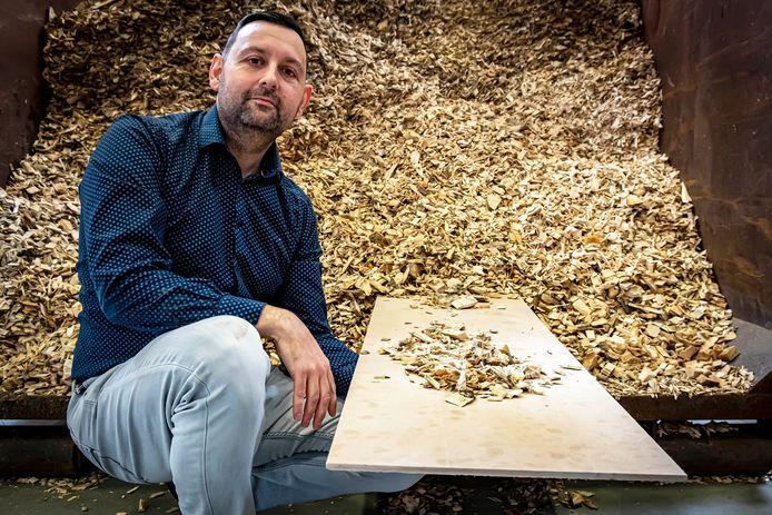 Alexander Hooijmaaijers met een keramieken plaat die is gemaakt van esdoorn houtsnippers.