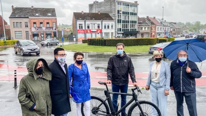 Vlaams minister Lydia Peeters bezoekt heraan te leggen rotonde en Ronsesestraat in Brakel