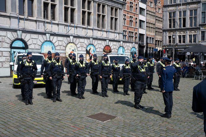 Een delegatie van de politie was aanwezig. Klokslag 12 loeiden de sirenes van de politiecombi's.
