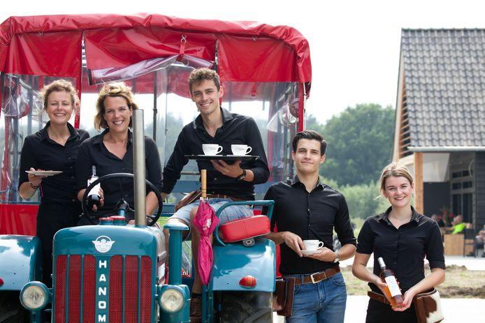 Met zijn elven doen ze loeigoed hun best om Erve Vchtdal op de kaart te zetten. Van links naar rechts Monique van Keuken, Simone Koggel, Rik Jansen, Rohan van Stegeren en Lisette Nijzink.