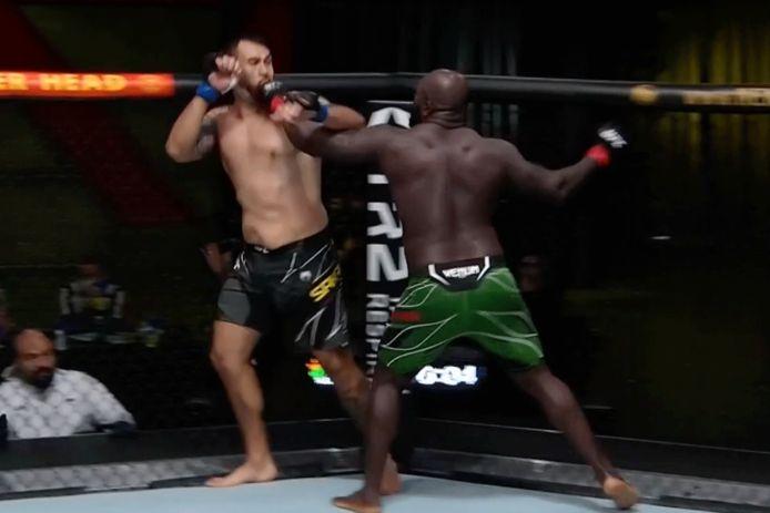 Jairizinho Rozenstruik (rechts) in gevecht met Augusto Sakai tijden UFC Vegas 28