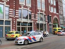 Beveiligers lopen snijwonden op bij winkeldiefstal Damrak