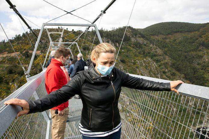 De eerste bezoekers op de 'Arouca 516', de langste wandelhangbrug ter wereld.